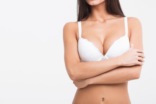 育乳ブラを着用する女性